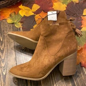 NWT Universal Thread heeled booties